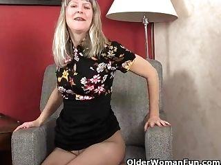 Yankee Cougar Jamie Foster Caresses Her Pantyhosed Clitoris